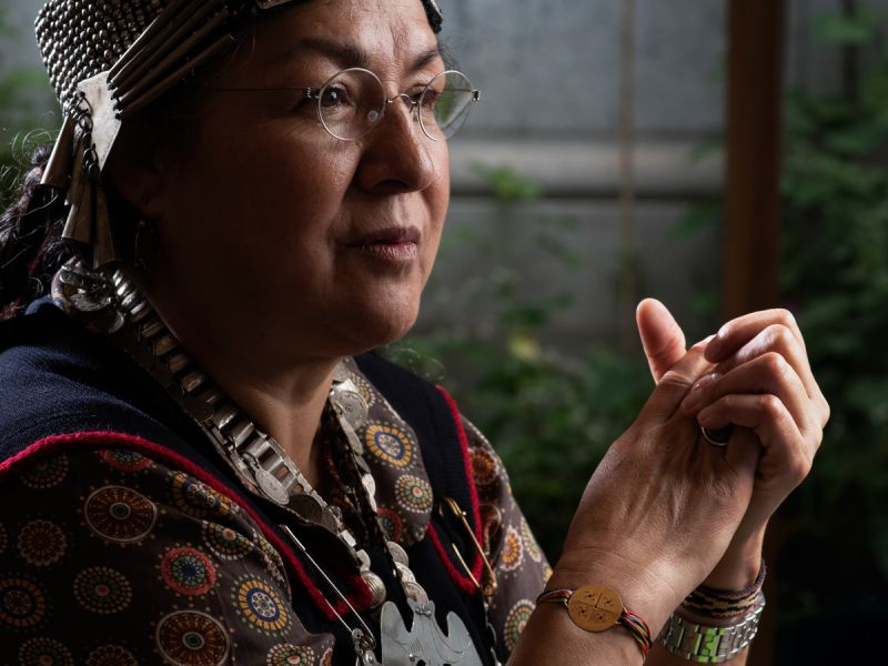 Photo de Flor Calfuno Paillalef en costume traditionnel mapuche